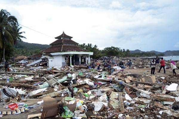 Suasana kawasan permukiman penduduk di desa Way Muli, Kecamatan Rajabasa, Lampung Selatan, lampung,  yang hancur akibat tsunami, Minggu (23/12/2018). - ANTARA/Ardiansyah