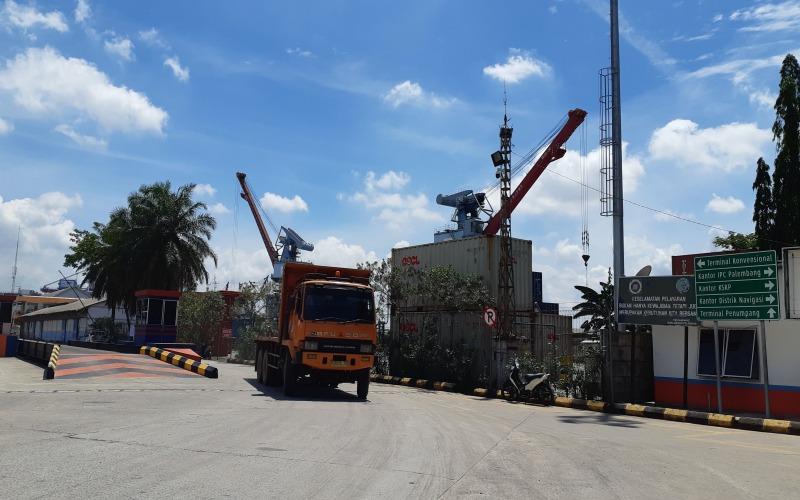 Kendaraan truk melintas di Kawasan Pelabuhan Boom Baru Palembang. Bisnis/Dinda Wulandari