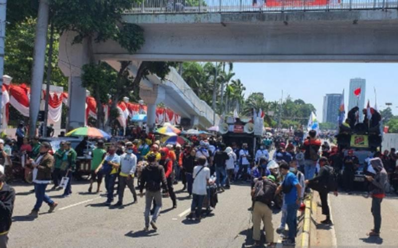 Buruh membubarkan diri usai melakukan aksi di depan Gedung DPR, Selasa (25/8/2020). - Antara/Livia Kristianti)