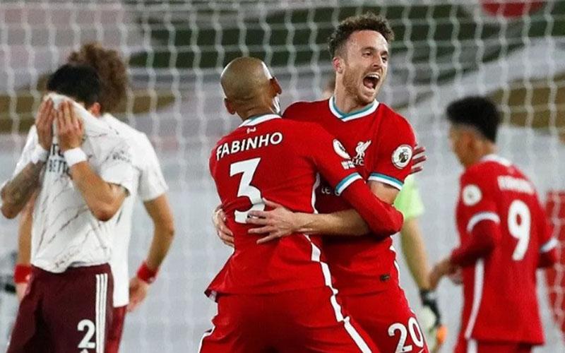 Dua pemain Liverpool, Diogo Jota (kanan) dan Fabinho merayakan gol ke gawang Arsenal./Antara - Reuters