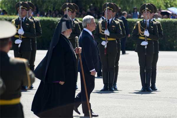Presiden Armenia Serzh Sargsyan (tengah) didampingi pemimpin agama Armenia berjalan untuk meletakkan karangan bunga, di Memorial Pertempuran Sardarpat, Armenia, Minggu (28/5). - Antara/Hermanus Prihatna