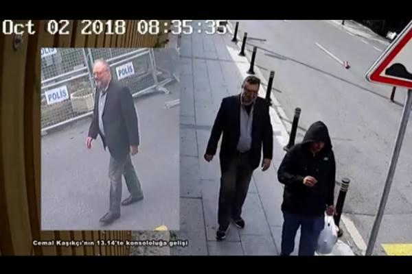 Foto-foto yang diambil dari dua video CCTV yang berbeda dan diperoleh oleh sumber-sumber keamanan Turki menunjukkan wartawan Saudi Khashoggi ketika ia tiba di Konsulat Arab Saudi, dan seorang pria lain yang diduga mengenakan pakaian Khashoggi sambil berjalan di Istanbul. - Reuters