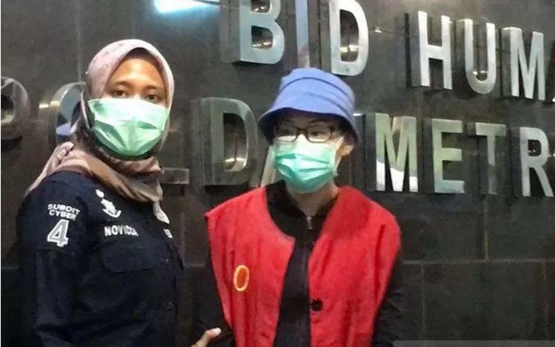 Polda Metro Jaya hadirkan tersangka kasus dugaan pencemaran nama baik terhadap Basuki Tjahaja Purnama yang berinsial EJ (47) di Mako Polda Metro jaya, Kamis (6/8/2020). - Antara