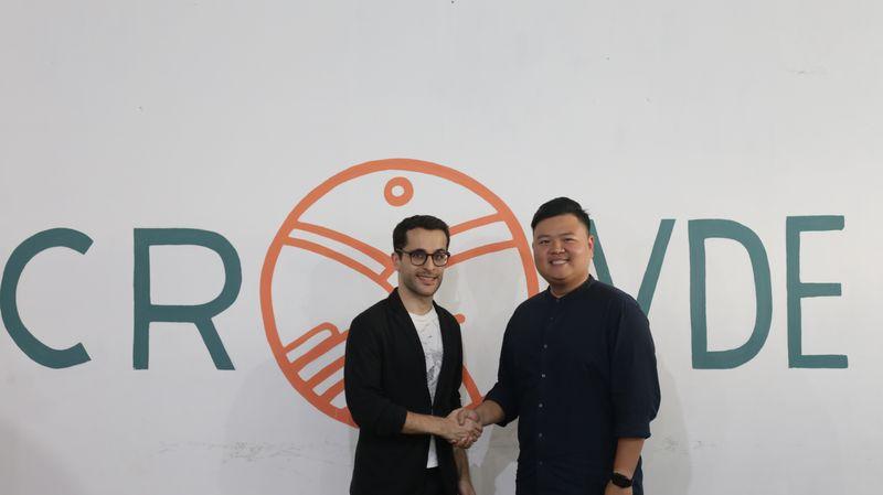 CEO Crowde Yohanes Sugihtononugroho (kanan) bersama Investment Manager Gree Ventures Samir Chaibi (kiri) di Jakarta, Senin (15/10). - Bisnis/N. Nuriman Jayabuana
