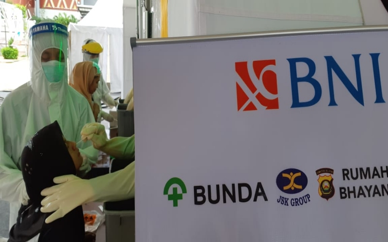 Peserta test swab menjalani proses tes yang diselenggarakan BNI Wilayah Palembang di Jakabaring Sport City (JSC) Palembang. bisnis/dinda wulandari