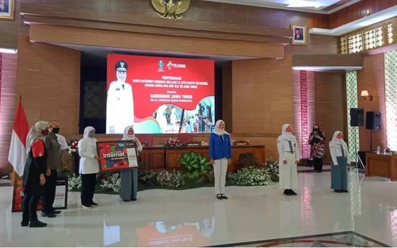 Penyerahan bantuan berupa paket internet gratis untuk siswa SMK/SMK, dan SLB yang ada di wilayah Jawa Timur, di Gedung Badan Pengembangan Sumber Daya Manusia ( BPSDM) Provinsi Jawa Timur, Kota Malang, Jawa Timur, Senin (7/9/2020). - Antara