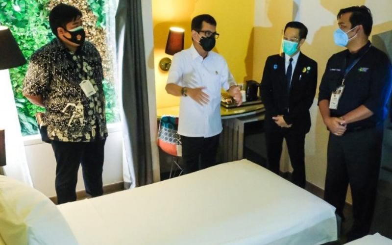 Menparekraf Wishnutama Kusubandio sedang mengecek fasilitas hotel isolasi pasien COVID-19 yang mulai digunakan pada 26 September 2020. ANTARA - HO/Birkom Kemenparekraf.