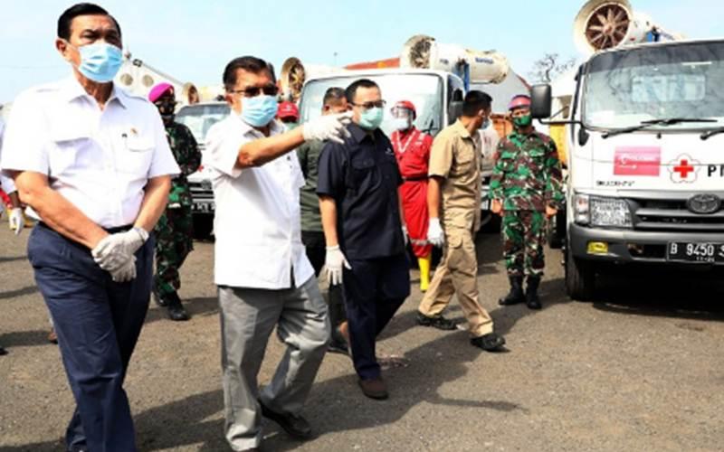 Ketua Umum Palang Merah Indonesia (PMI) Jusuf Kalla (dua kiri) bersama Menteri Koordinator bidang Kemaritiman dan Investasi Luhut Binsar Panjaitan (kiri) serta Sekjen PMI Sudirman Said meninjau Gudang Darurat PMI di Markas PMI Pusat di Jakarta, Selasa (29/9/2020). - Antara/Tim Media JK