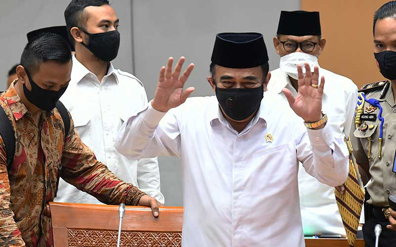 Menteri Agama Fachrul Razi (tengah) menghadiri rapat kerja bersama Komisi VIII DPR di Kompleks Parlemen Senayan, Jakarta, Senin (14/9/2020). Rapat kerja tersebut membahas RKA K/L Tahun Anggaran 2021 serta isu-isu terkini termasuk kasus penusukan terhadap pendakwah Syekh Ali Jaber. ANTARA FOTO - Puspa Perwitasari