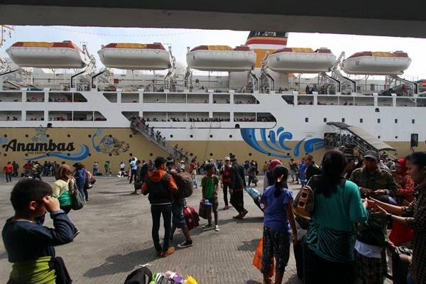 Penumpang KM Kelud dari Pulau Jawa dan Batam turun dari kapal saat tiba di Terminal Dermaga Pelabuhan Belawan, Medan, Sumatra Utara, Senin (13/7/2015). - Antara/Septianda Perdana