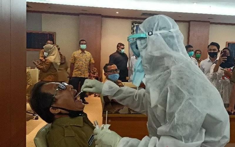 Seluruh anggota dewan dan pegawai di lingkungan DPRD Sumatra Utara menjalani pemeriksaan untuk mendeteksi penularan Covid-19 di Kantor DPRD Sumatra Utara, Selasa (29/9/2020). - Antara