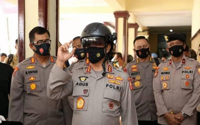 Kepala Badan Pemeliharaan Keamanan (Kabaharkam) Mabes Polri Komjen Pol Agus Andrianto saat menggunakan Helmet Thermal KC Wearable di Mapolda Sumut, Selasa (29/9/2020). - Antara