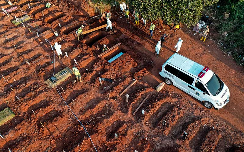 Petugas memakamkan jenazah Covid-19 di TPU Pondok Ranggon, Jakarta, Selasa (8/9/2020). ANTARA FOTO - Muhammad Adimaja