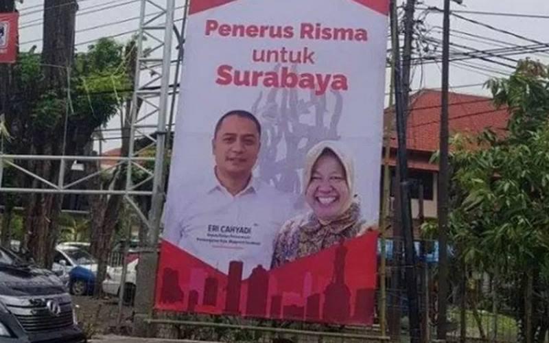Salah satu baliho bergambar Tri Rismaharini bersama Bacawali Surabaya Eri Cahyadi di Kota Surabaya. - Antara