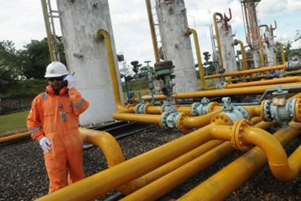 Ilustrasi: Pekerja sedang melaku tugas rutin memeriksa pipa gas. - Antara