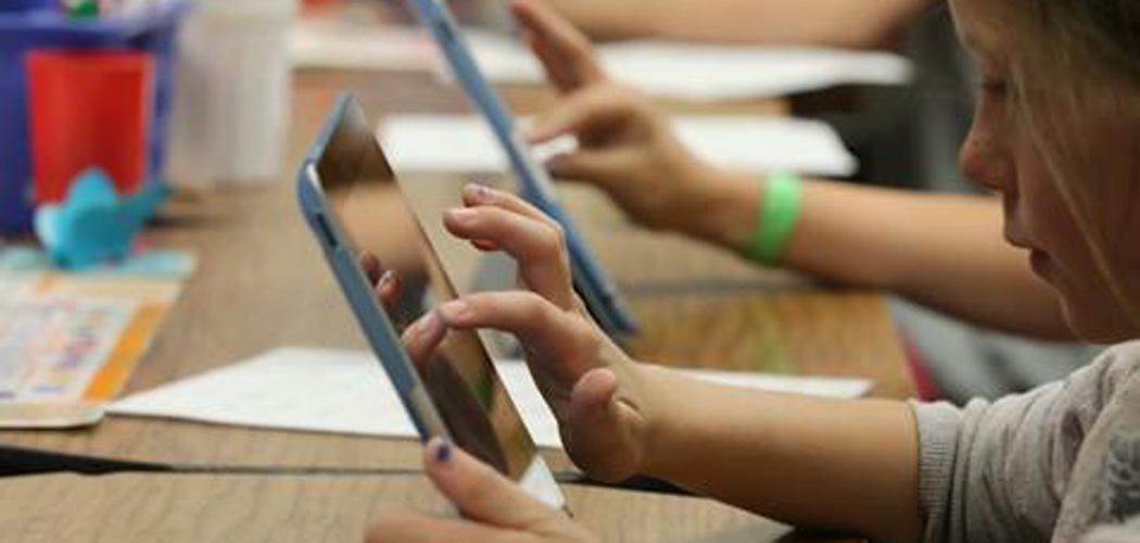 Ilustrasi orang sedang menggunakan smartphone.  - Dok. Istimewa