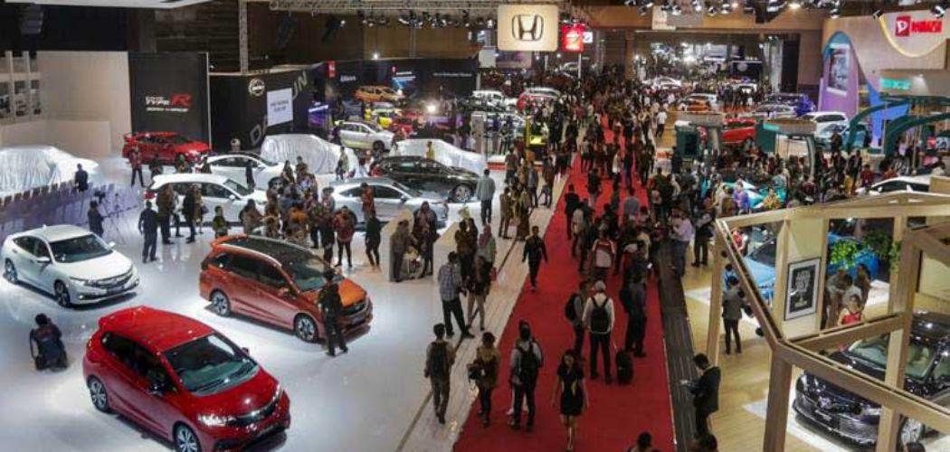 Pengunjung memadati pameran Telkomsel Indonesia International Motor Show (IIMS) 2019 di Jakarta, Kamis (25/4/2019). - Bisnis/Felix Jody Kinarwan