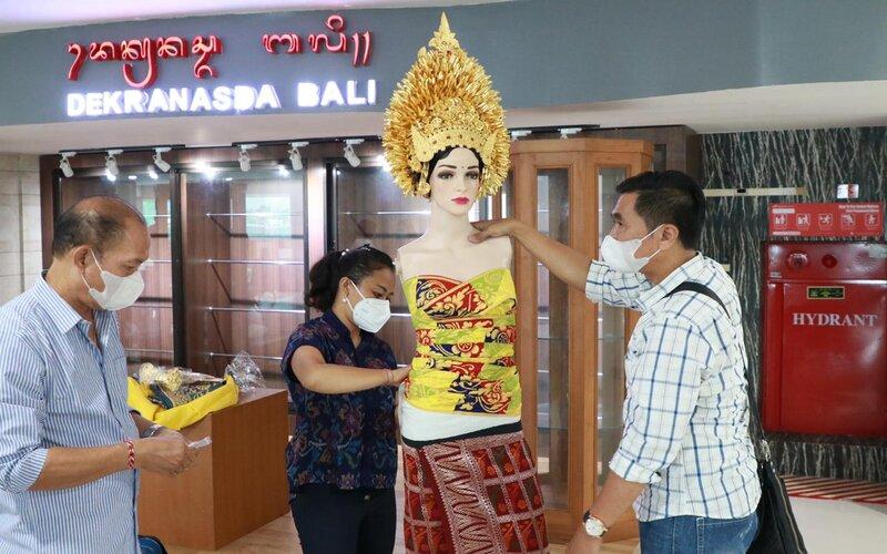 Display kerajinan dari UMKM di Bandara Internasional I Gusti Ngurah Rai.