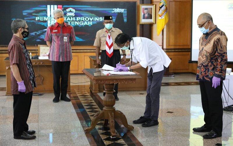 Gubernur Jawa Tengah Ganjar Pranowo dan Bupati Demak M Natsir menyaksikan penandatanganan kontrak antara Pemprov Jateng dengan pelaksana proyek flyover Ganefo Mranggen. - Ist