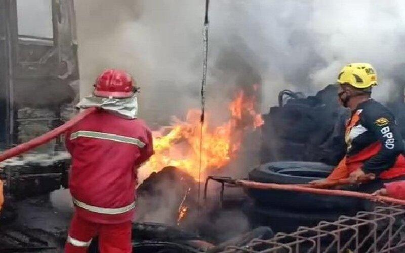 Petugas pemadam kebakaran berusaha memadamkan api yang membakar garasi Bus Cendana yang ada di Jalan Raya Madiun-Ponorogo, Kelurahan Demangan, Kecamatan Taman, Kota Madiun, nyaris ludes terbakar, Selasa (29/9/2020). - Istimewa