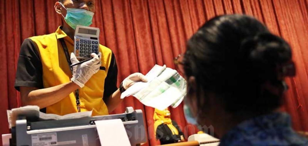 Petugas melayani nasabah di Kantor Pusat Pegadaian, Jakarta, Senin (20/4/2020). - Bisnis/Eusebio Chrysnamurti
