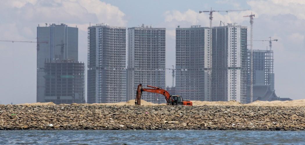 Alat berat di proyek reklamasi Pulau D, Jakarta. Kawasan ini bersisian dengan proyek reklamasi Teluk Naga di Tangerang. - Antara / Rivan Awal Lingga.