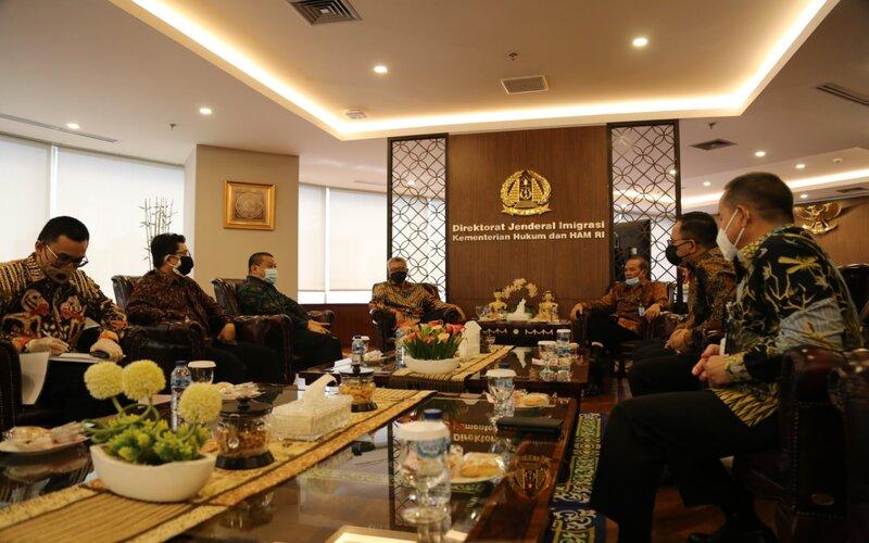 Kementerian Luar Negeri dan Kementerian Hukum dan HAM menandatangani perjanjian kerja sama tentang notifikasi dan akses dalam penanganan orang asing di Indonesia. - Ist
