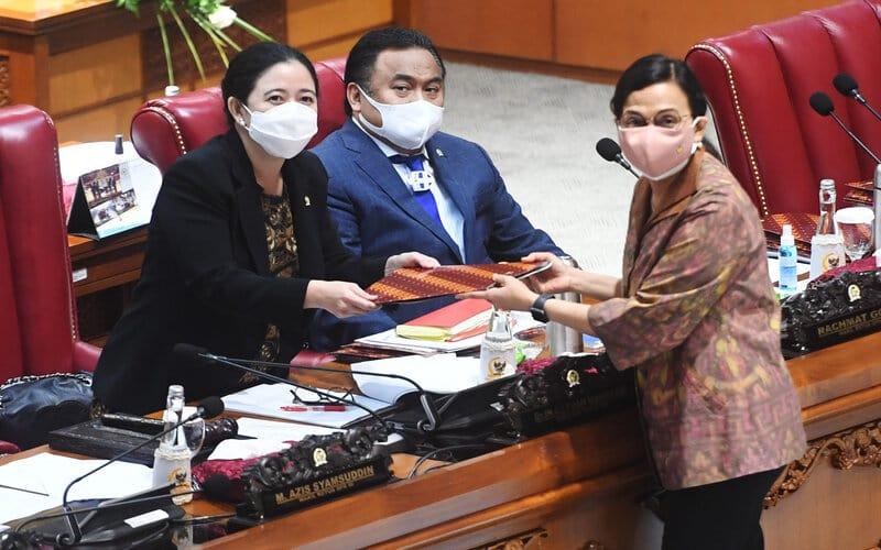 Menteri Keuangan Sri Mulyani (kanan) menyerahkan tanggapan pemerintah atas pengesahan Undang-Undang Anggaran Pendapatan dan Belanja Negara (APBN) tahun 2021 kepada Ketua DPR Puan Maharani (kiri) disaksikan Wakil Ketua DPR Rachmad Gobel (tengah) dalam Rapat Paripurna DPR, di Kompleks Parlemen, Senayan, Jakarta, Selasa (29/9 - 2020). Dalam Rapat Paripurna itu DPR menyetujui RUU APBN Tahun Anggaran 2021 dan RUU Bea Materai menjadi Undang/Undang serta menetapkan perpanjangan waktu pembahasan RUU Perlindungan Data