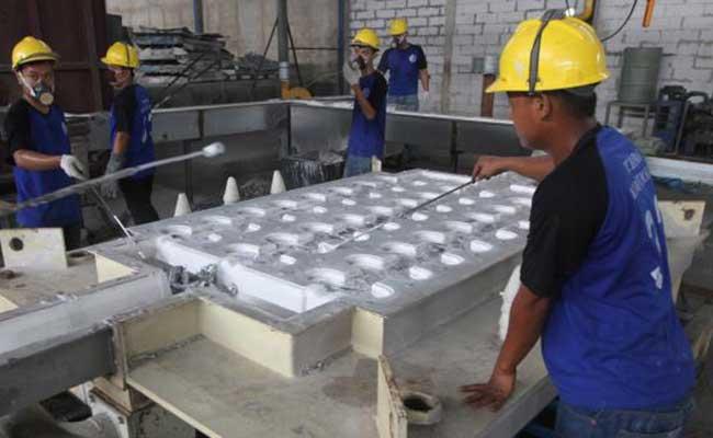 Pekerja menghitung timah batangan di salah satu pabrik di Kepulauan Bangka Belitung. Bisnis - Endang Muchtar