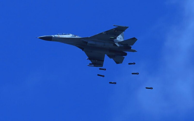 Pesawat Sukhoi TNI AU melontarkan peluru ketika mengikuti Latihan Puncak Komando Operasi Angkatan Udara II Sikatan Daya 2020, di AWR Pandanwangi Lumajang, Jawa Timur, Selasa (29/9/2020). Latihan tersebut bertujuan untuk melatih dan meningkatkan kemampuan personel dalam memahami penggunaan alat utama sistem persenjataan udara dalam sebuah operasi udara. - Antara/Dispen TNI AU