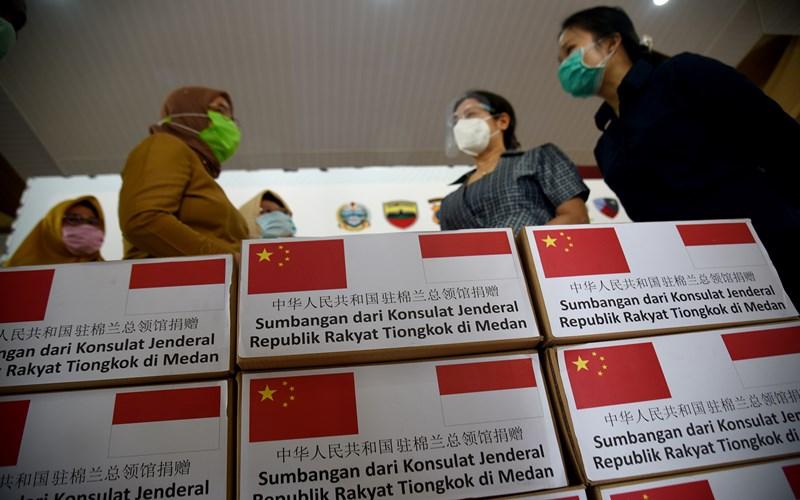 Penyerahan bantuan sumbangan dari Konsulat Jenderal Republik Rakyat Tiongkok di Medan, Selasa (29/9/2020). - Humas Pemprov Sumut
