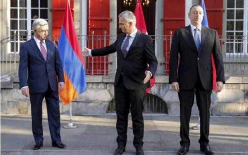 Foto Arsip- Presiden Armenia Serzh Sarskyan dan Presiden Azerbaijan Ilham Aliyev saat bertemu untuk membahas konflik Nagorno-Karabakh atas undangan Menteri Luar Negeri Swiss Didier Burkhalter di Bern, Swiss, Sabtu (19/12)./Reuters-Peter Klaunzer - Pool