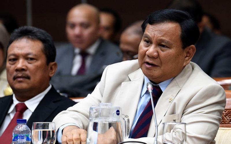 Menteri Pertahanan Prabowo Subianto (kanan) bersama Wakil Menteri Pertahanan Sakti Wahyu Trenggono (kiri) mengikuti rapat kerja bersama Komisi I DPR di Kompleks Parlemen Senayan, Jakarta, Senin (20/1/2020). -  Antara / Puspa Perwitasari.
