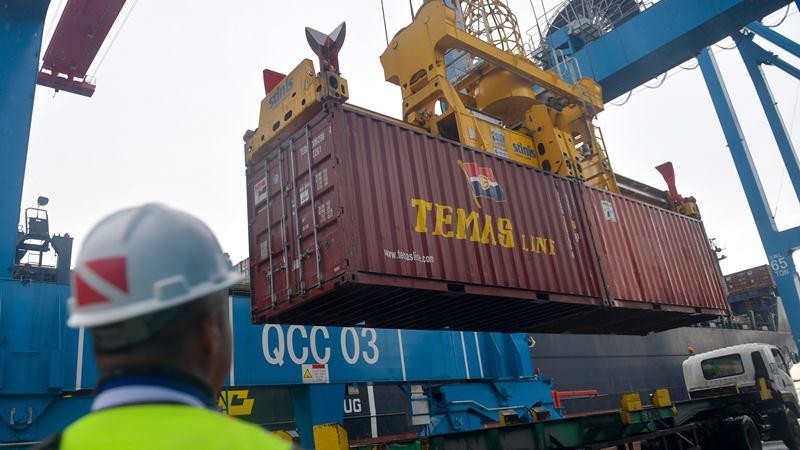 Sebuah truk menunggu muatan peti kemas di Terminal 3 Pelabuhan Tanjung Priok, Jakarta, Senin (17/2/2020). -  ANTARA / M Risyal Hidayat