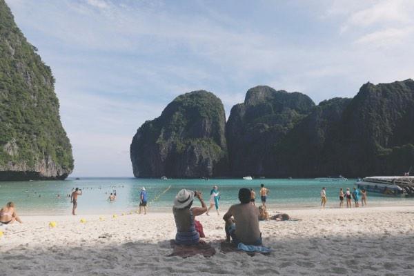 Pemandangan Teluk Maya di Pulau Phi Phi, Thailand sebelum ditutup oleh pemerintah setempat pada 2018. - Reuters