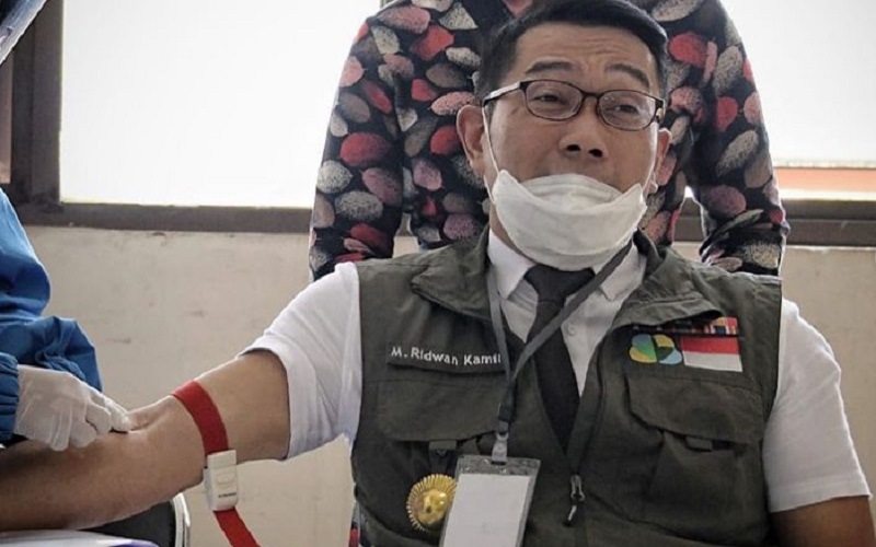 Gubernur Jabar Ridwan Kamil saat menjalani pengambilan sampel darah di Puskesmas Garuda Kota Bandung - Istimewa