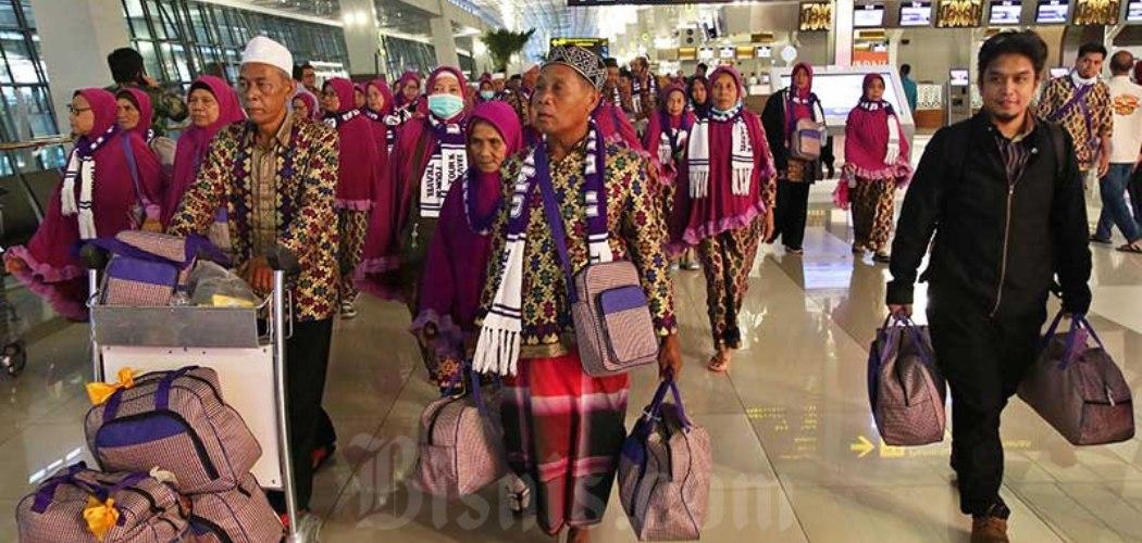 Calon jemaah umrah meninggalkan bandara setelah mendapat kepastian gagal berangkat ke Tanah Suci Mekah di Terminal 3 Bandara Soekarno Hatta, Tangerang, Banten, Kamis (27/2/2020). - Bisnis/Eusebio Chrysnamurti\\r\\n