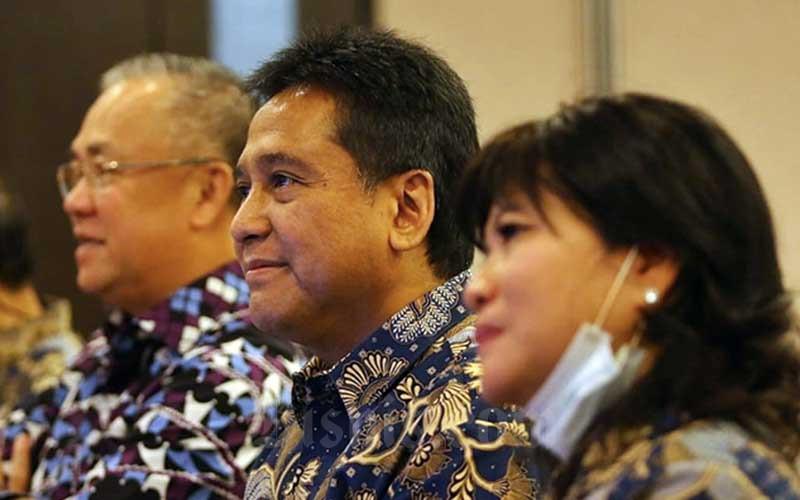 Ketua Asosiasi Pengusaha Indonesia (Apindo) Hariyadi B. Sukamdani (kedua kanan) bersama dengan Sekretaris Umum Eddy Hussy (kiri) dan Wakil Ketua Umum Shinta Widjaja Kamdani (kanan) saat Rapat Kerja dan Konsultasi Nasional (Rakerkonas) APINDO 2020 yang dilakukan secara virtual di Jakarta, Rabu (12/8/2020). Bisnis - Eusebio Chrysnamurti