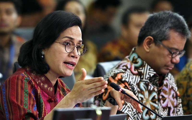 Menteri Keuangan Sri Mulyani (kiri) bersama dengan Wakil Menteri Keuangan Suahasil Nazara menjawab pertanyaan wartawan usai melakukan pelaporan Surat Pemberitahuan (SPT) Tahunan di Kantor DJP, Jakarta, Selasa (10/3/2020). Bisnis - Eusebio Chrysnamurti