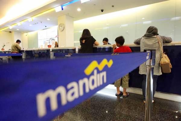 Aktivvitas layanan nasabah di salah satu kantor cabang Bank Mandiri, di Jakarta, Senin (9/1). - JIBI/Dedi Gunawan