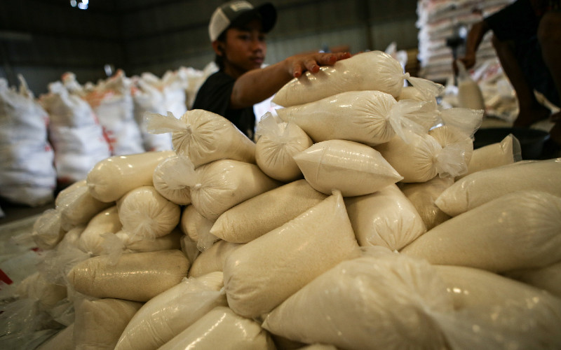 Ilustrasi - Pekerja menyiapkan gula pasir untuk disalurkan ke operasi pasar dan penyaluran Bantuan Pangan Non Tunai (BPNT) di Gudang Perum Bulog Sub-Divisi Regional Tangerang, Kota Tangerang, Banten, Jumat (3/4 - 2020). ANTARA