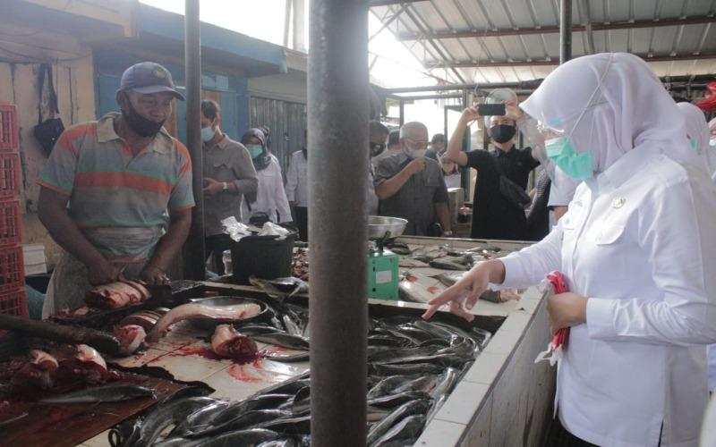 Wakil Walikota Palembang Fitrianti Agustinda melakukan sidak di Pasar Sekip Palembang untuk mengecek protokol kesehatan di lingkungan pasar tradisional. - Bisnis/Dinda Wulandari