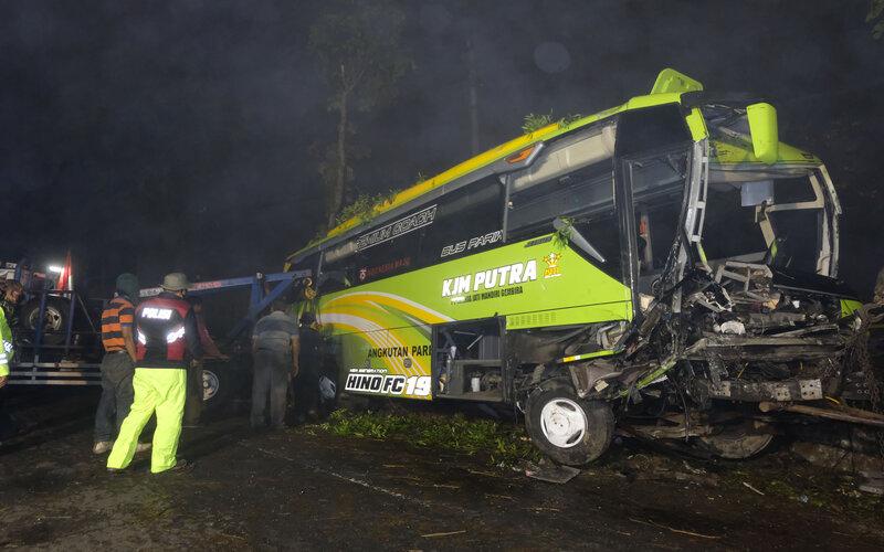 Sejumlah polisi bersama warga berusaha mengevakuasi bangkai bus pariwisata bernopol K 1446 BL yang mengalami kecelakaan di jalur Dieng-Wonosobo Desa Kuripan, Garung, Wonosobo, Jawa Tengah, Rabu (30/9/2020). Kecelakaan terjadi diduga akibat rem bus pariwisata tidak berfungsi sehingga menabrak dua mobil lain dan empat sepeda motor, empat orang meninggal dunia dan belasan orang mengalami luka-luka. - Antara/Anis Efizudin