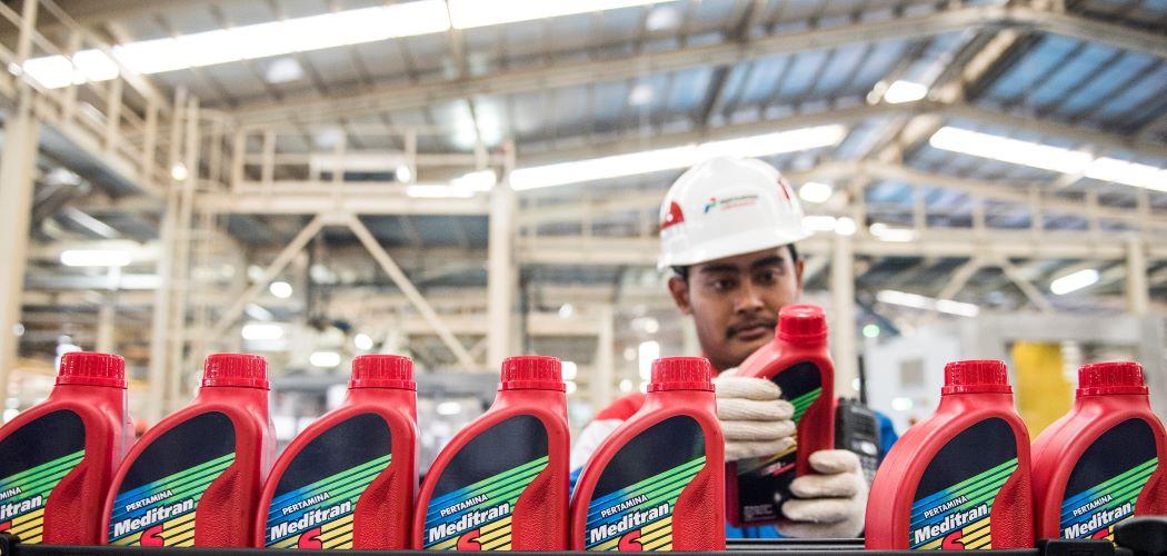 Pekerja memeriksa produk minyak pelumas dalam kemasan botol di Production Unit Jakarta Pertamina Lubricants. - Antara / M Agung Rajasa