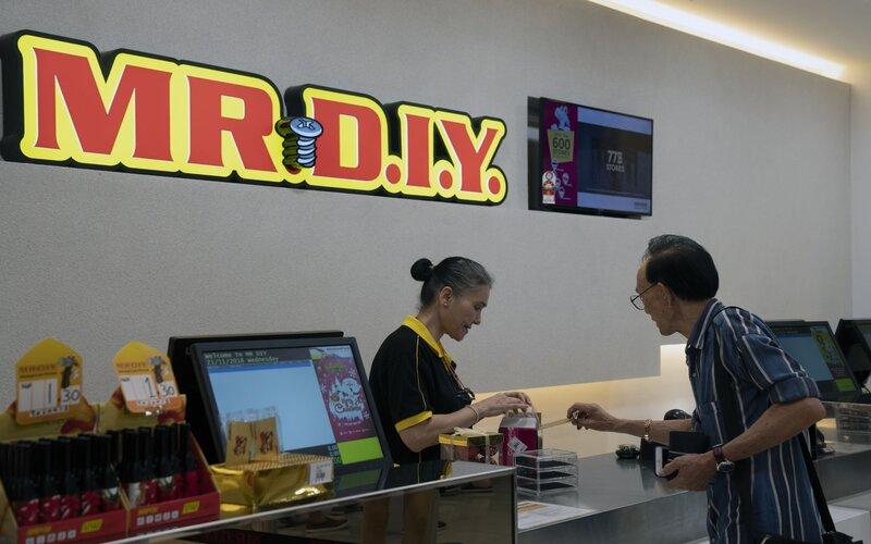Salah satu pelayan di gerai Mr. DIY, Malaysia  -  Bloomberg
