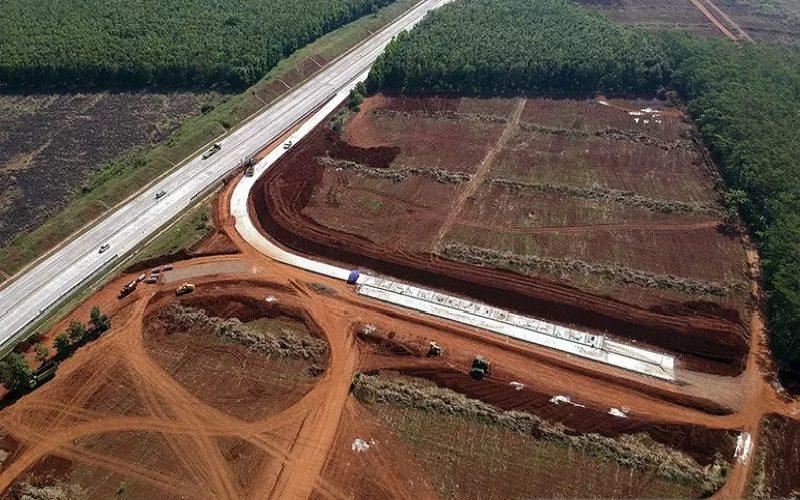 Sejumlah alat berat beroperasi di pembangunan akses darurat Tol Trans Jawa di sekitar Kawasan Industri Terpadu Batang di Ketanggan, Kecamatan Gringsing, Kabupaten Batang, Jawa Tengah, Rabu (26/8/2020).  - ANTARA