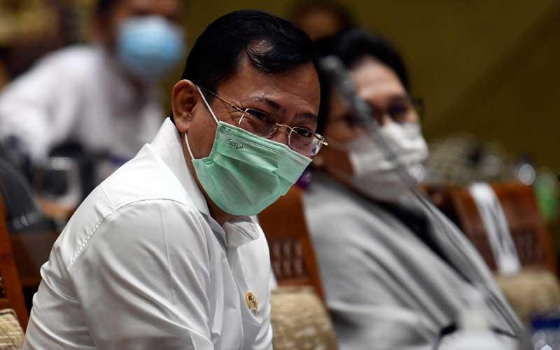 Menteri Kesehatan Terawan Agus Putranto (kiri) mengikuti rapat kerja bersama Komisi IX DPR di Kompleks Parlemen Senayan, Jakarta, Selasa (23/6/2020). Rapat kerja tersebut membahas pembicaraan pendahuluan RAPBN Tahun Anggaran 2021 (RKA K/L dan RKP K/L) Kementerian Kesehatan tahun 2021. ANTARA FOTO - Puspa Perwitasari