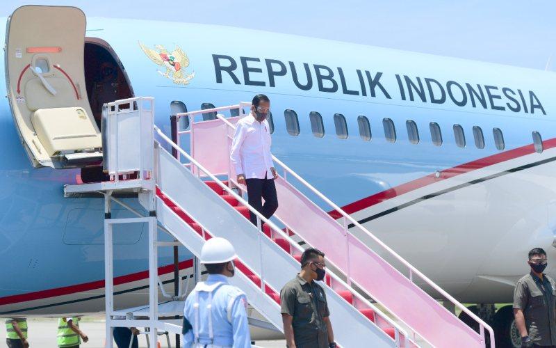 Presiden Joko Widodo tiba di Bandar Udara Komodo untuk melakukan kunjungan kerja sejumlah prasarana dan menyerahkan bantuan modal kerja di provinsi Nusa Tenggara Timur, Kamis (1/10 - 2020) / Muchlis Jr / Biro Pers Sekretariat Presiden