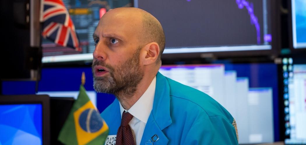 Seorang trader mengamati pergerakan saham di New York Stock Exchange (NYSE) di New York, AS, Kamis (12/3/2020). - Bloomberg/Michael Nagle