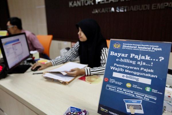 Aktivitas di kantor pelayanan pajak, di Jakarta, Selasa (23/2/2017). - Reuters/Fatima Elkarim